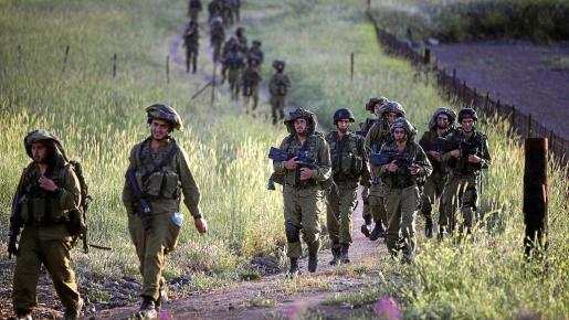 Soldados israelíes participaron ayer en unas maniobras junto a la frontera siria en los Altos del Golán.
