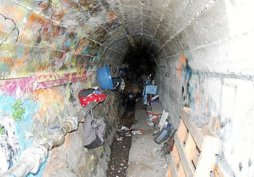 Imagen del espacio en el que vivía el mendigo debajo del puente en condiciones insalubres.