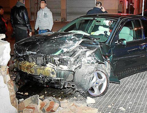 El coche quedó destrozado después de estrellarse.