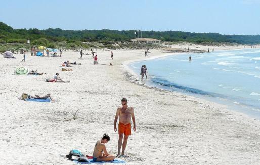 Ayer por la mañana, la playa de sa Ràpita, en Campos, presentaba este aspecto.