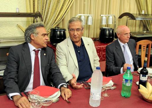 Gabriel Cerdà y Gregorio Manzano dialogan, mientras Serra Ferrer se muestra pensativo, ayer, durante la fiesta de la Penya Arrabal.