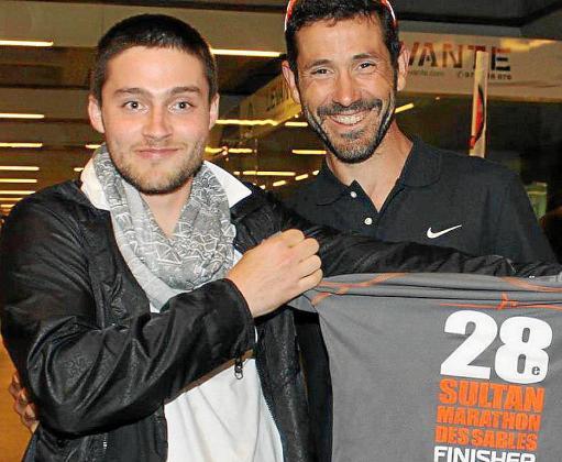 Joan Reinoso recibe de su admirado Miquel Capó su camiseta del Marathon des Sables.