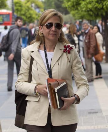 La infanta Cristina a su salida hoy de su trabajo en la central barcelonesa de La Caixa.