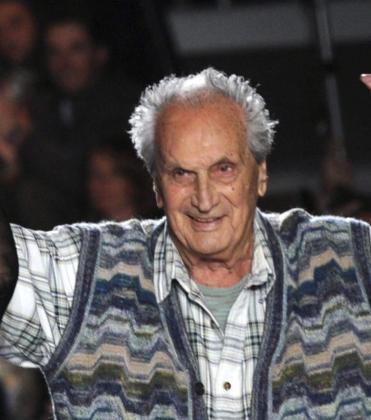 Fotografía de archivo tomada el 27 de febrero de 2011 que muestra a Ottavio Missoni saludando al público tras el desfile de su colección otoño-invierno 2011 durante la semana de la moda en Milán.