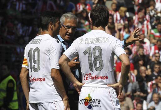 El entrenador del Mallorca, Gregorio Manzano, da instrucciones a sus jugadores Pep Lluís Martí (i) y Víctor Casadesús.