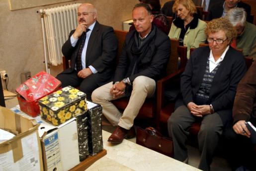 Josep Juan Cardona, Kurt Viaene y Antònia Ordinas, durante el juicio.