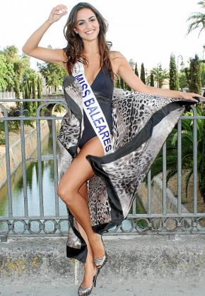 Verónica Hernández posa después de ser elegida Miss Baleares 2009.