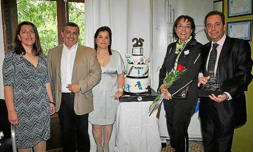 Yolanda Serra, Tolo Jaume, María Ramos, Benita Palmer y Juan Miguel Bea ante la tarta de aniversario personalizada por María.