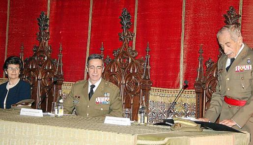 Lectura del discurso de agradecimiento por el galardón: Vizcondesa del Parque, Carmen Baró, descendiente del capitán Daoíz; Jaime González Buj, y el teniente general Cayetano Miró Valls.
