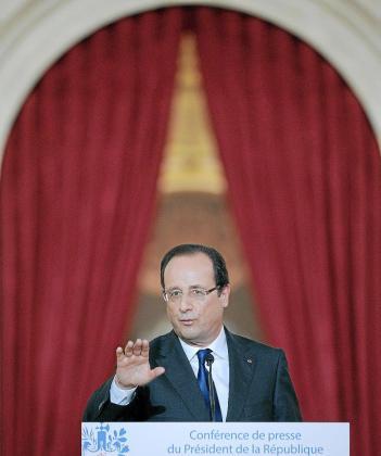 VAL111 PARÍS (FRANCIA), 16/05/2013.- El presidente francés François Hollande durante una rueda de prensa celebrada en el palacio del Elíseo en París, Francia hoy 16 de mayo de 2013. Hollande, culpó a las medidas de austeridad de la recesión económica que viven los países de la eurozona y apostó por el crecimiento como vía de salida de esa situación. EFE/Yoan Valat