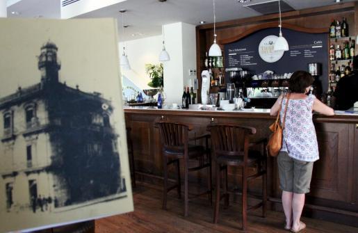 La cafetería abre a partir de las 7 de la mañana y sirve desayunos muy elaborados.