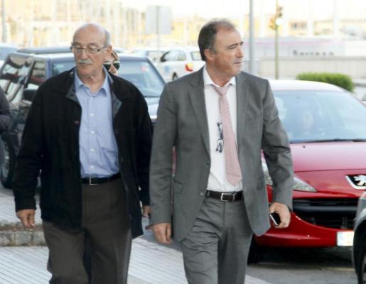 El jefe de la Policía Judicial, Antoni Cerdà (izq.) junto con el fiscal anticorrupción Miguel Ángel Subirán a su llegada al domicilio de Maria Antònia Munar en Palma.