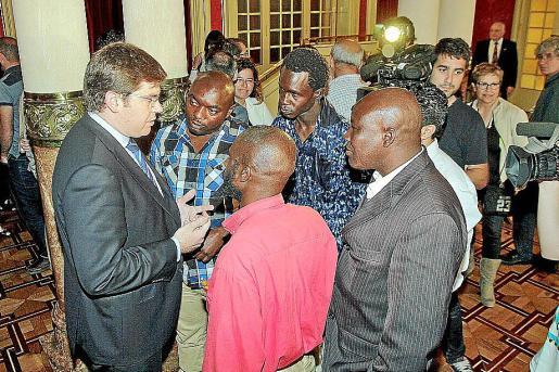 Sansaloni, en el último pleno, con el colectivo senegalés.