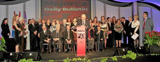 Trabajadores y ex trabajadores del Majorca Daily Bulletin subieron al escenario y allí escucharon las emotivas palabras que pronunció el presidente editor del Grup Serra, Pere A. Serra.