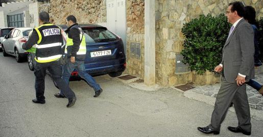 Dos policías sacan cajas con documentos de casa de Miquel Nadal bajo la mirada del fiscal Pedro Horrach.