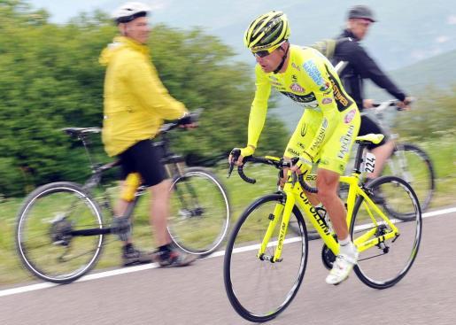 Foto facilitada hoy, viernes 24 de mayo de 2013 del ciclismo italiano Danilo Di Luca (dcha) durante su participación en una contrarreloj del 96º Giro d'Italia disputada entre las localidades de Mori y Polsa, en el norte de Italia, ayer.