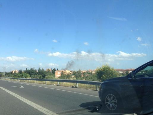 La avioneta caída ha provocado un incendio que puede verse desde varios metros de distancia.