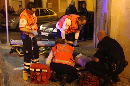 La víctima yace en el suelo, semiiconsciente, tras ser apuñalada ayer noche en la barriada de La Soledat.