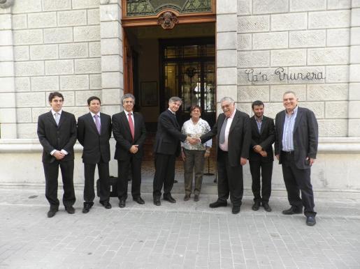 Borja Pons, Óscar Mayol, Rogelio Araújo, Pierre-Emmanuel Leclerc, Francesca Vives, Pere A. Serra, Jaume Garau y Vicenç Sastre, ante la entrada del museo modernista Can Prunera.