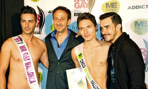 El alcalde, entre Mister Gay Pride Mallorca y el Chico Me Tonic. Al lado de éste, el representante de esta firma.