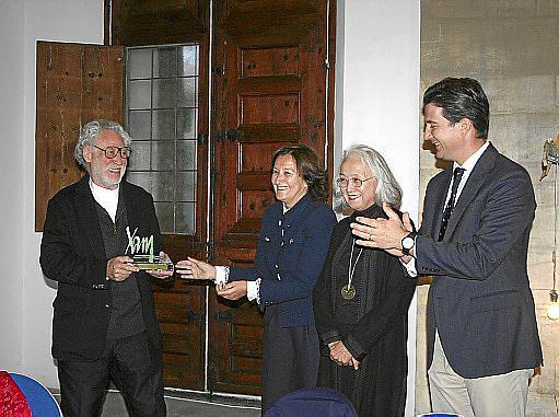La pareja de artistas recibió el premio otorgado por el rotary, presidido por Peruchet, y el Ajuntament de Palma.