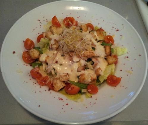 Le Pilar Gastro & Café cuenta con una variedad de ensaladas, carnes y pescados en su carta.