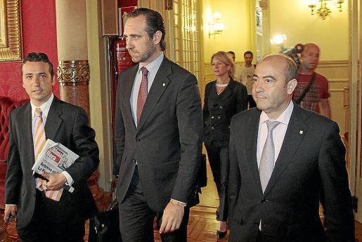 Bauzá, a su llegada al salón de sesiones, entre Rubio y Gómez.