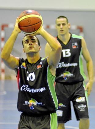 El jugador del Palma Air Europa, Sergio Riera, lanza un tiro libre ante la mirada de Pampín.