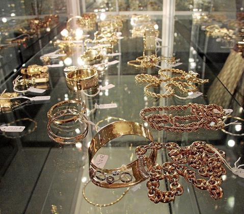 Imagen de las joyas encontradas en el registro de la vivienda de 'La Paca'.