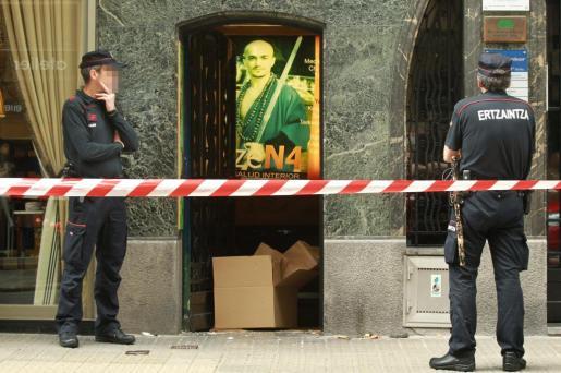 La Policía científica de la Ertzaintza custodia el gimnasio de artes marciales de Bilbao en el que han aparecido restos óseos en bolsas de plástico.