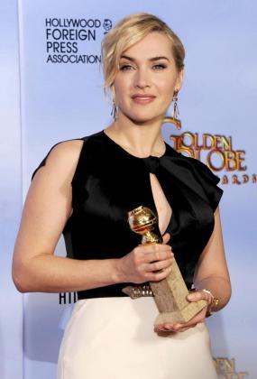 La actriz británica Kate Winslet posa para los fotógrafos en la edición de los Globos de Oro de 2012, donde fue premiada.