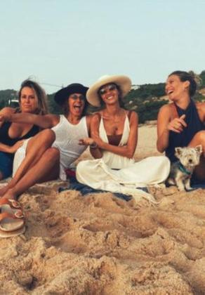 Sara Carbonero disfruta de sus vacaciones con Raquel Perera