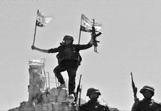 Momento en que soldados sirios toman la ciudad de Al Quseir colocando la bandera del régimen de Al Asad.
