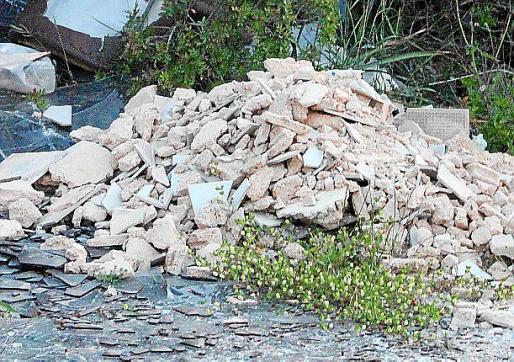 Montón de escombros en una calle del núcleo de s'Illot.