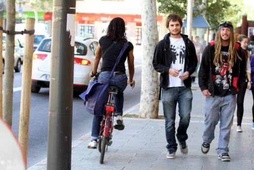 Una ciclista circula por el centro de Palma.