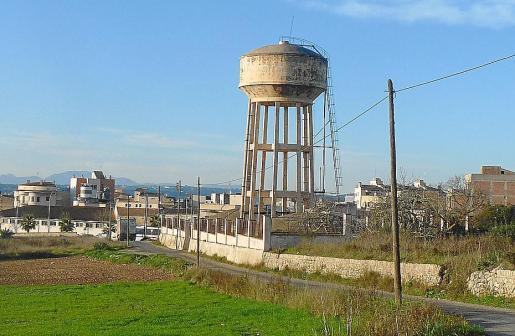 El depósito que suministra el agua potable de la ciudad presenta falta de mantenimiento.