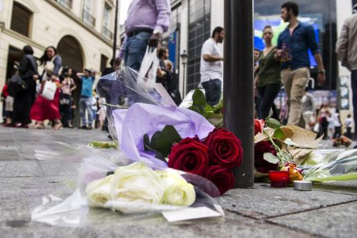 """Vista de unas flores depositadas al lado del bolardo en el que se golpeó el joven militante de izquierdas Clément Méric durante una pelea ayer con varios """"cabezas rapadas"""", en París."""