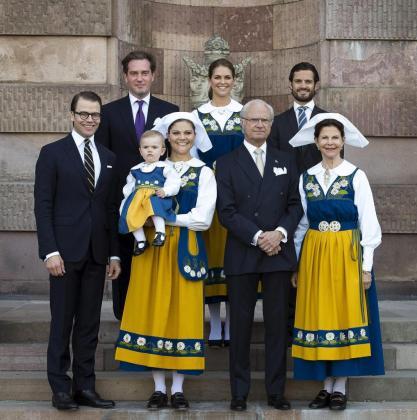 La familia real sueca, vestidos con el traje típico de su país.