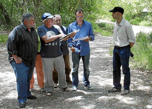 Miembros de Més y de la plataforma Pro Camins consultando los planos.