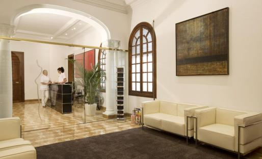 La clínica está situada en el centro de Palma, en la calle Barón de Pinopar, 12.