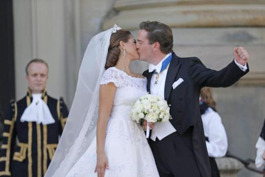 La princesa Magdalena y el financiero Chrisopher O'Neill se besan al salir de la capilla del Palacio Real tras la ceremonia en la que han contraído matrimonio.