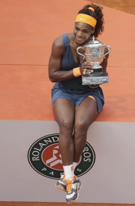 La estadounidense Serena Williams posa con el trofeo tras ganar a la rusa Maria Sharapova.