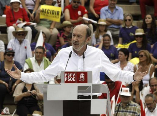 El secretario general del PSOE, Alfredo Pérez Rubalcaba,durante su intervención en la 'Fiesta de la rosa', una jornada lúdico-festiva que han organizado los socialistas valencianos.