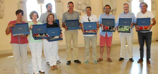 Los ganadores de las cinco categorías principales posan orgullosos con los originales trofeos de vidrio artesanal, aunque también satisfechos por colaborar con Amics de la Infància y Ayne Perú.