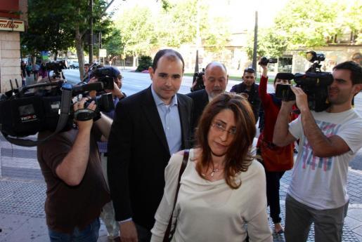 Mario Sorribas (en el centro de la imagen con camisa azul y americana), llegando esta mañana a los juzgados.