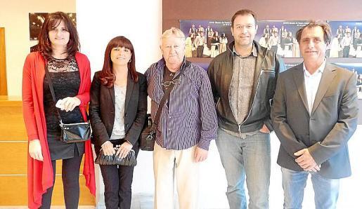 Las regidoras Francisca Rufiandis y Catalina Riera; el periodista Antoni Sureda junto a los ediles Miquel Oliver y Antoni Sureda.
