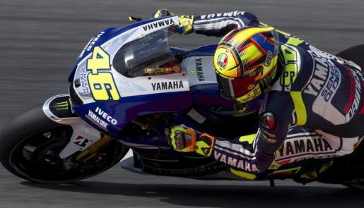 El piloto italiano del equipo Yamaha, Valentino Rossi, durante la primera sesión de entrenamientos libres del Gran Premio de Cataluña de motociclismo que se celebra este fin de semana en el Circuito de Montmeló (Barcelona).