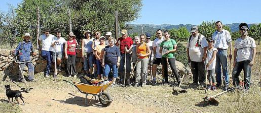 Los vecinos de s'Arboçar, constituidos desde hace unos meses en asociación, limpiaron el camino por el que acceden a sus fincas.