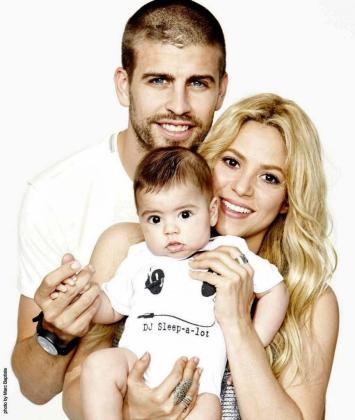 Fotografía de la cuenta de Twitter de la cantante colombiana Shakira posando junto a su pareja, el jugador del FC Barcelona Gerard Pique y el hijo de ambos, Milan.