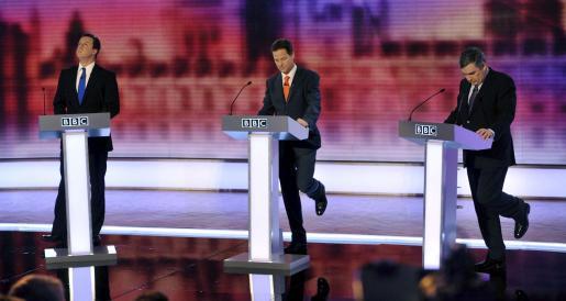 David Cameron, Nick Clegg y Gordon Brown, los tres candidatos a los comicios del jueves, en el último debate televisivo.